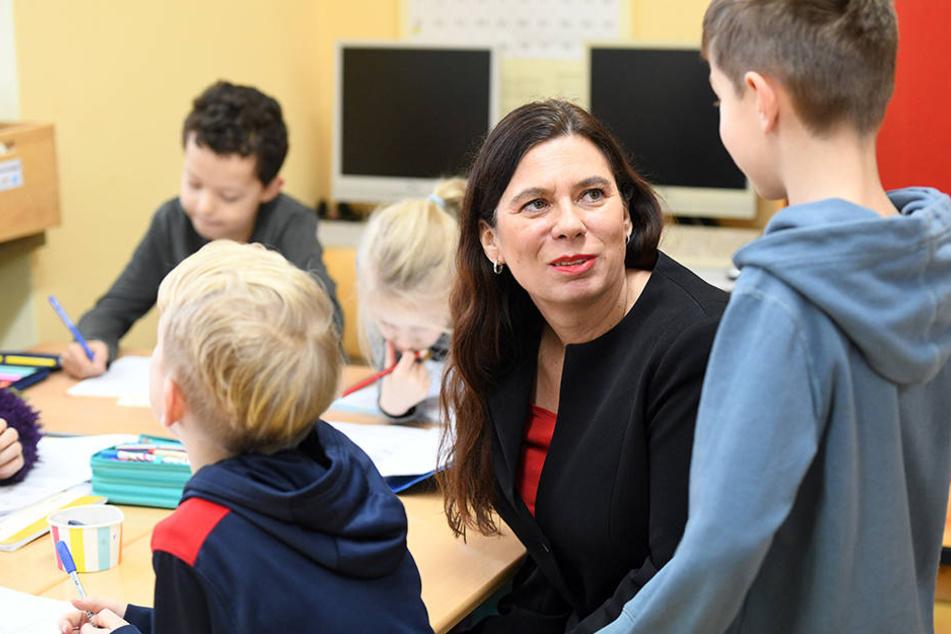 SPD-Bildungssenatorin Sandra Scheeres (48) findet die Broschüre sehr gut.