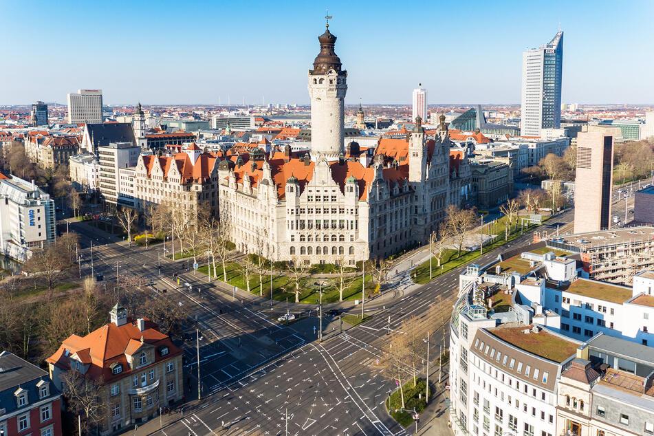 Nur ein Bruchteil des üblichen Verkehrs ist auf dem Leipziger Ring vor dem Neuen Rathaus zu sehen. Bund und Länder verlängerten die bestehenden scharfen Kontaktbeschränkungen und die damit verbundenen Ausgangsbeschränkungen bis mindestens zum Ende der Osterferien.