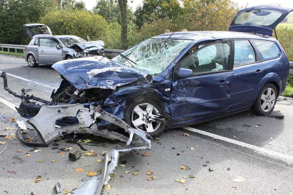 Der blaue Ford Focus und der silberne Opel Signum waren nach dem Crash beide komplett Schrott.