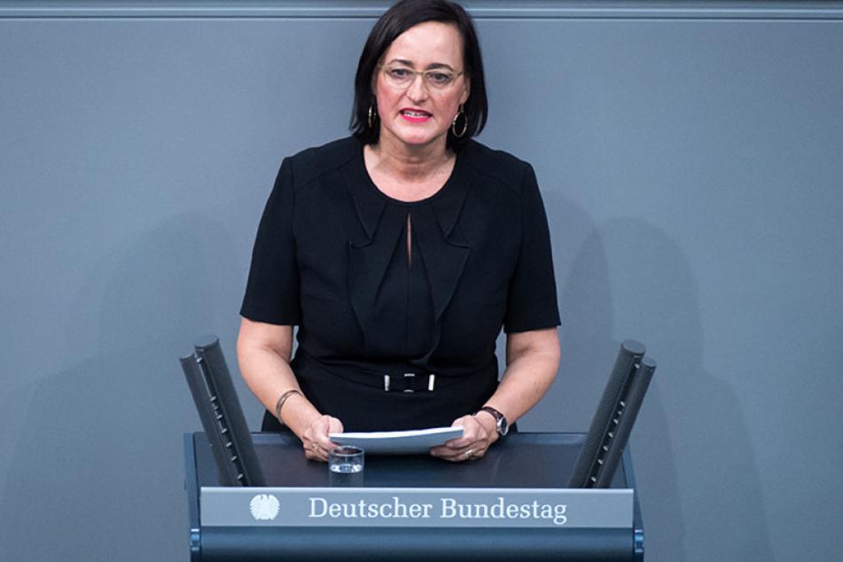 Martina Renner am Rednerpult im Deutschen Bundestag.