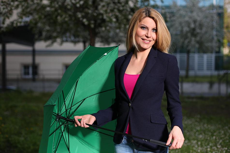 Bei Platzregen hat Wetterfee Maira Rothe (37) gut Lachen: Sie wappnet sich mit einem Schirm.