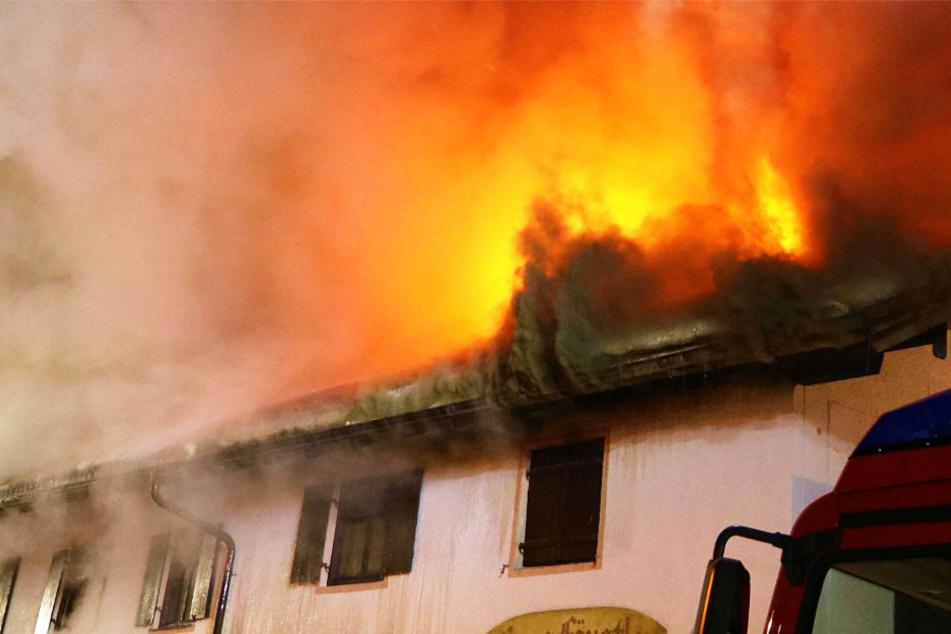 Zeugen gaben an, dass es vor dem Feuer eine Explosion in dem Haus gegeben habe (Symbolbild).