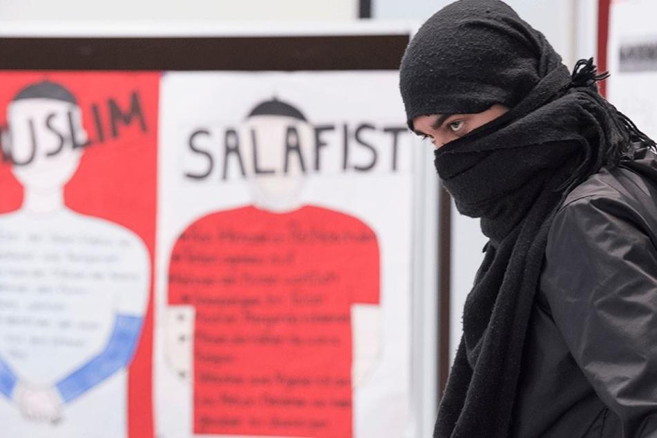 """In einem Rollenspiel hat sich ein Schüler der Gerhart-Hauptmann-Schule am 12. Mai im Rahmen des Projekts """"Wir gegen Salafismus"""" als Islamist verkleidet. Im kritischen Dialog sollen die Schüler so erkennen, wie sie Anwerbeversuchen von Salafisten entgegnen"""