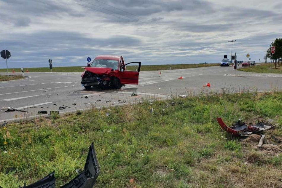Drei Personen sind bei dem Unfall nahe Krostitz schwer verletzt worden.