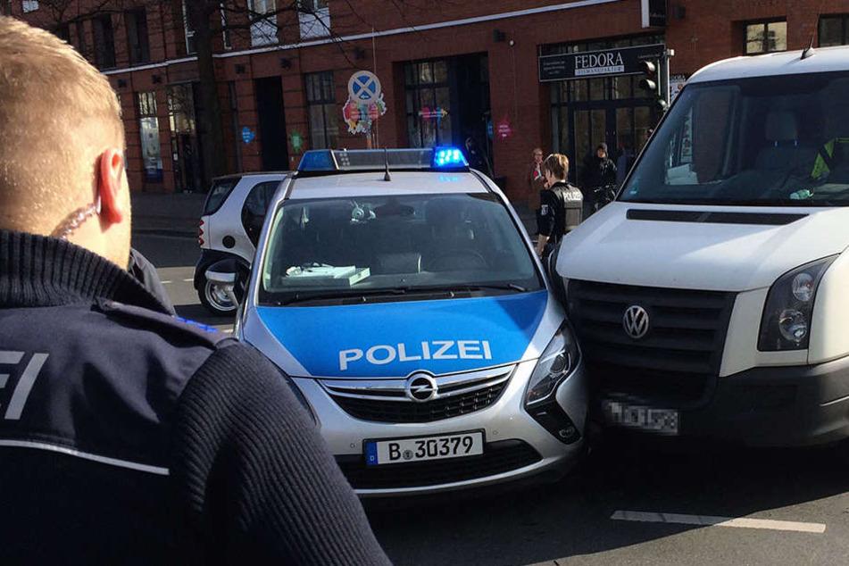 Der Autofahrer nahm dem Streifenwagen in einem Kreisverkehr die Vorfahrt. (Symbolbild)