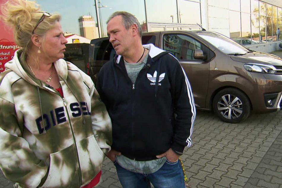 Auch das noch: Das Auto der Wollnys ist kaputt! Silvia und Harald sehen sich im Autohaus nach Ersatz um.