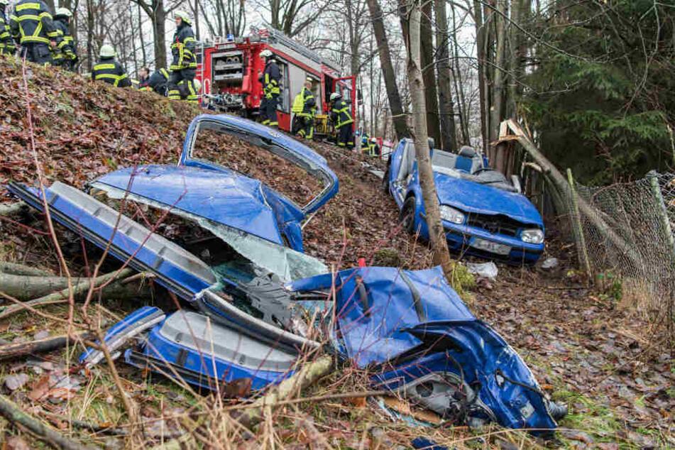 VW kracht gegen Baum: Fahrerin schwer verletzt