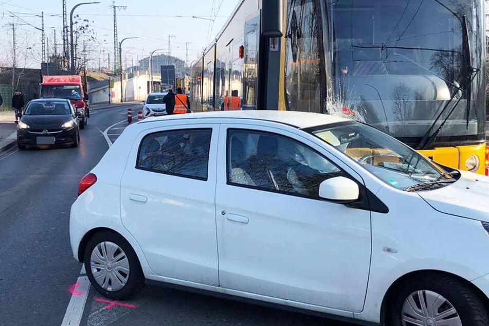 Die Bahn konnte nach dem verbotenen U-Turn des Autos nicht mehr bremsen und krachte in den Wagen.