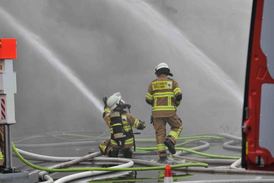 Etliche Kameraden aus Frechen, Hürth und Köln sowie weiteren Orten kämpfen gegen die Flammen.