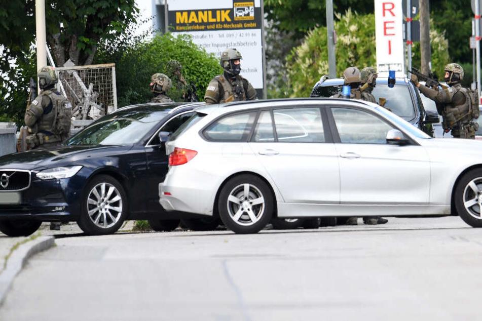 Die Polizei war mit einem Großaufgebot vor Ort. Die Suche nach dem Mann dauert an.