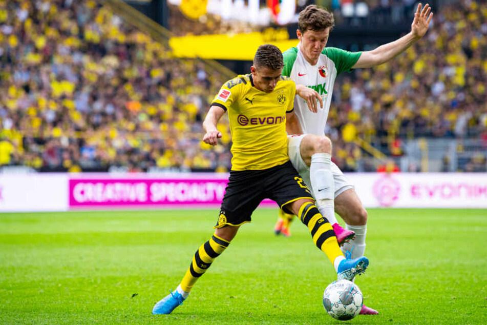 Michael Gregoritsch (r.) kam in dieser Saison bis auf eine Ausnahme nie über 90 Minuten zum Einsatz. Hier duelliert er sich am 1. Spieltag mit Dortmunds Thorgan Hazard.