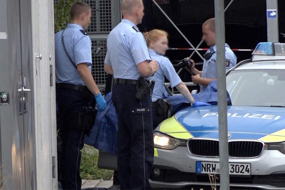 Polizisten sichern am Stadtbahnhof Beweise.