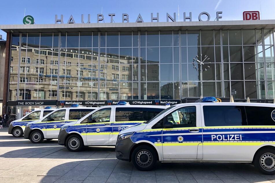 Die Polizei kontrollierte auf dem Kölner Bahnhofsvorplatz einen betrunkenen E-Scooter-Fahrer.