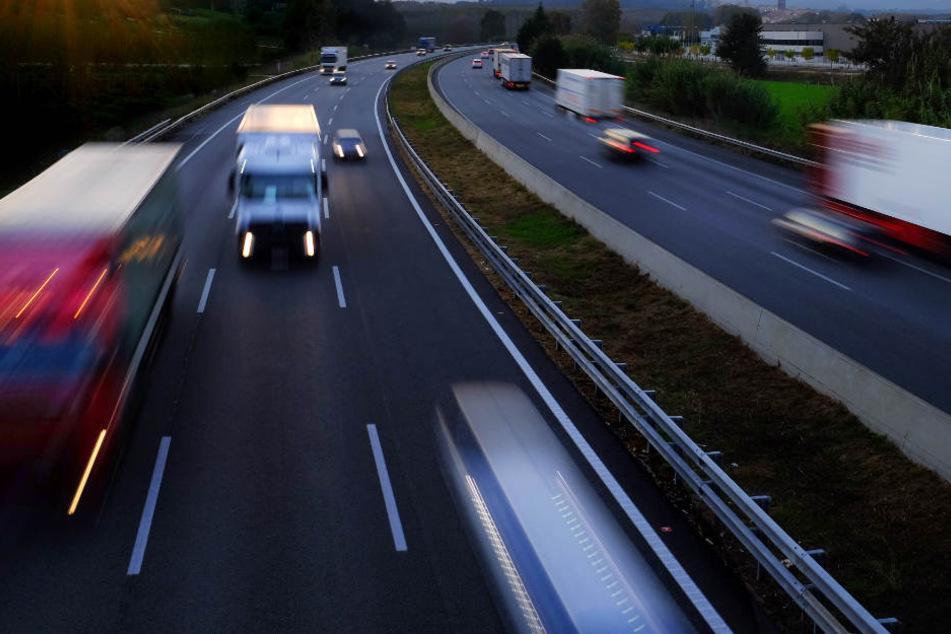 Er lief zu Fuß über die Autobahn: 19-Jähriger wird von Lkw erfasst und schwer verletzt