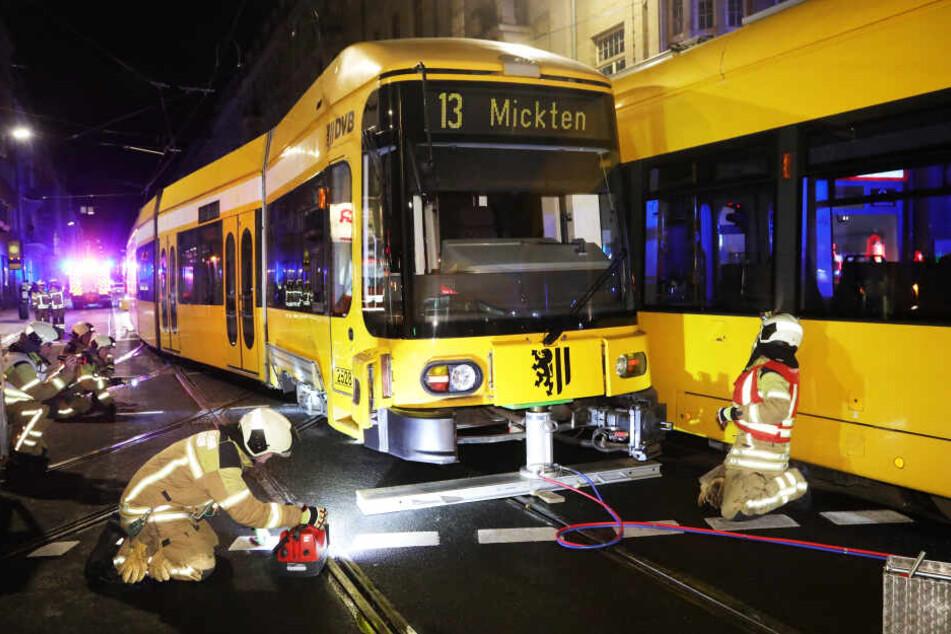 So heben die Feuerwehrmänner die Straßenbahn an, um sie anschließend in die Schienen zu setzen.