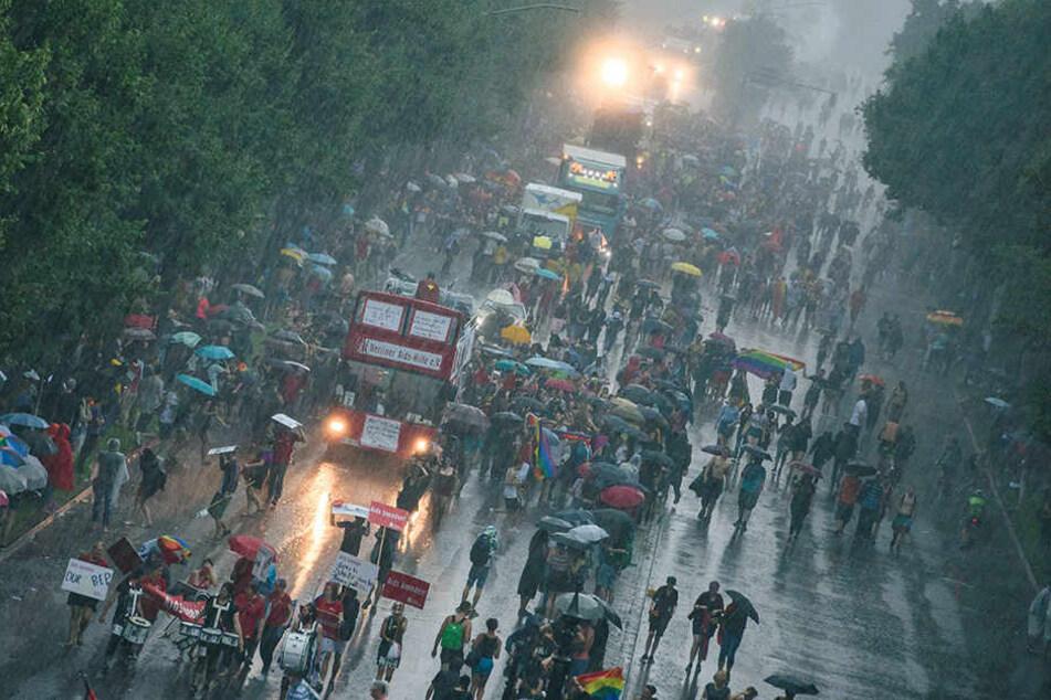 Ab 15 Uhr mussten die Demonstranten die Regenschirme herausholen.