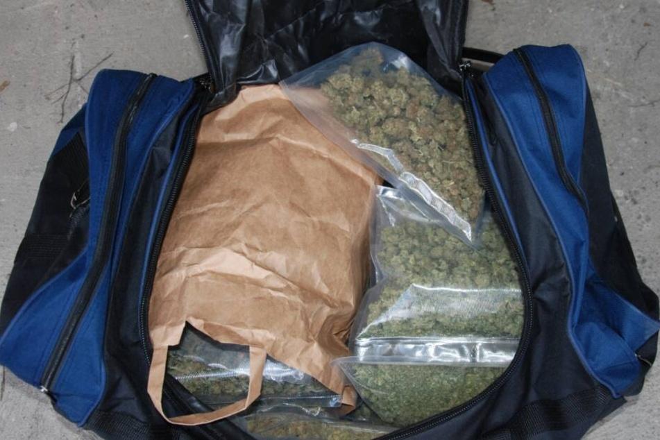 Ermittler fanden bei Durchsuchungen in 16 Objekten große Mengen Drogen, mehrere Waffen und eine hohe Summe Bargeld.