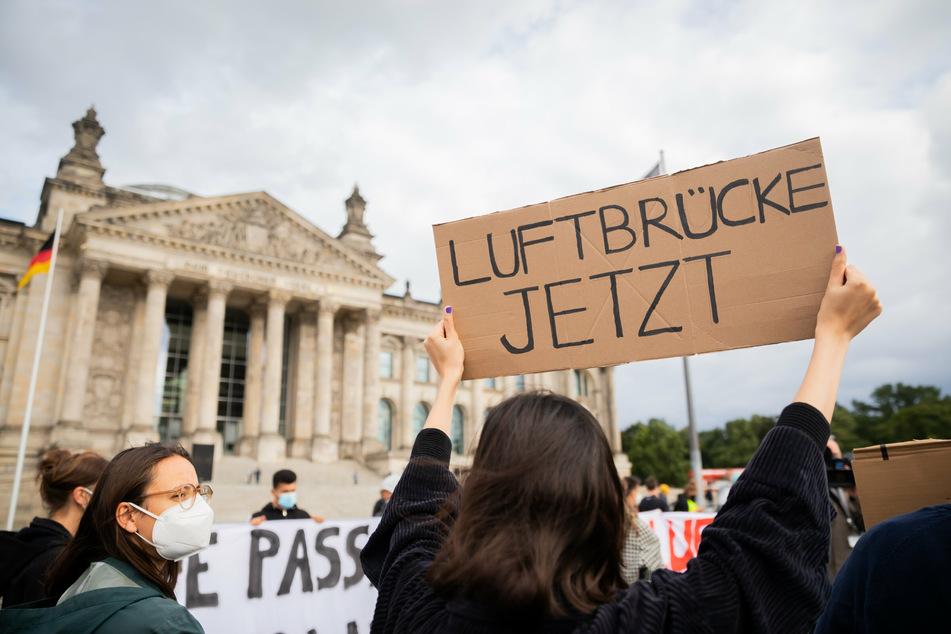 Proteste in Deutschland: Tausende Demonstranten fordern schnelle Luftbrücke aus Afghanistan