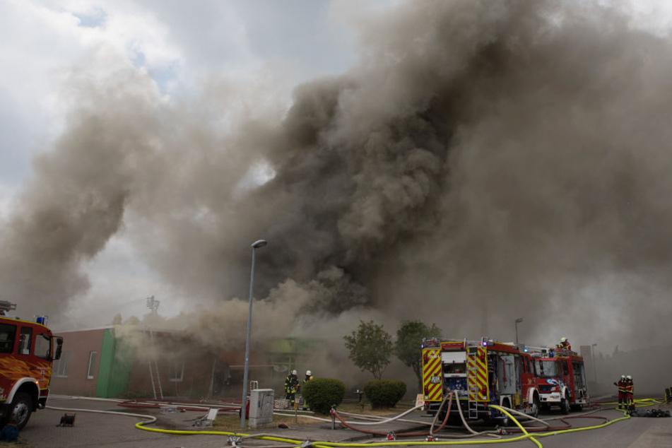Dichter Rauch stieg vom Brandort auf.