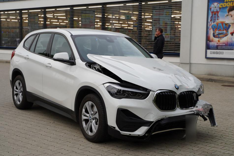 Der BMW kam erst auf dem Parkplatz zum Stehen.