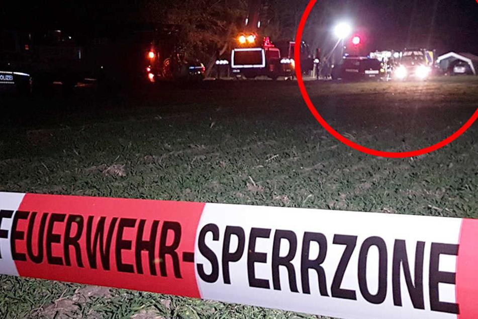 """Ein Absperrband mit der Aufschrift """"Feuerwehr-Sperrzone"""" ist vor einem Einsatzort zu sehen."""