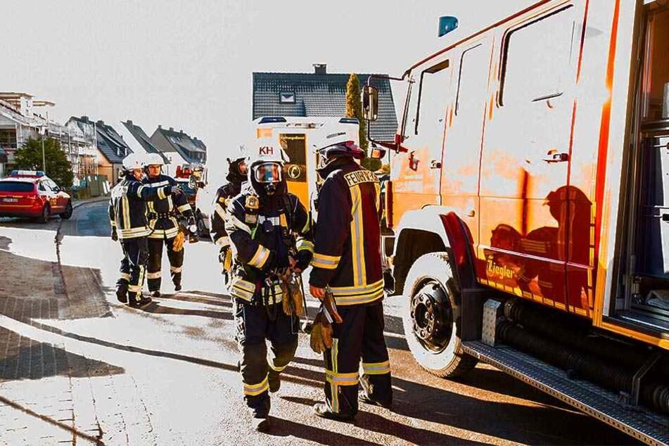 Bei dem Brand entwickelte sich viel Rauch. Die Feuerwehrmänner mussten mit Atemschutzmasken in Haus.