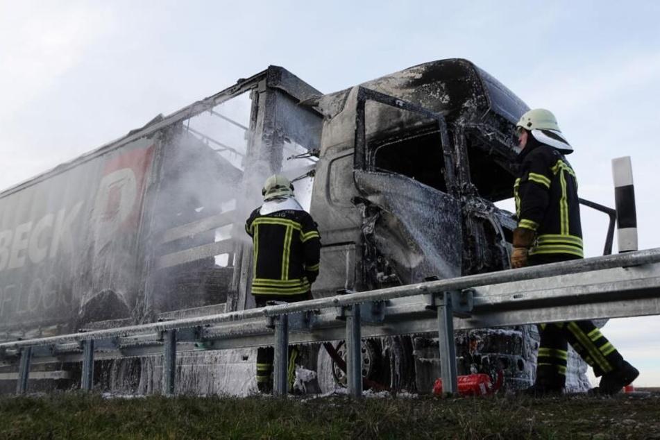 Sattelzug brennt auf der A14 bei Leipzig aus: Vollsperrung!