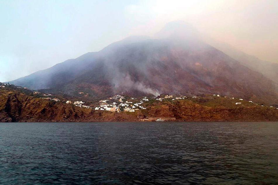 Er ist einer der aktivsten Vulkane der Welt und ein Touristenmagnet: der Stromboli in Italien. Nun macht er mitten in der Hochsaison mit einer massiven Eruption von sich Reden. Mindestens ein Mensch überlebt das nicht.