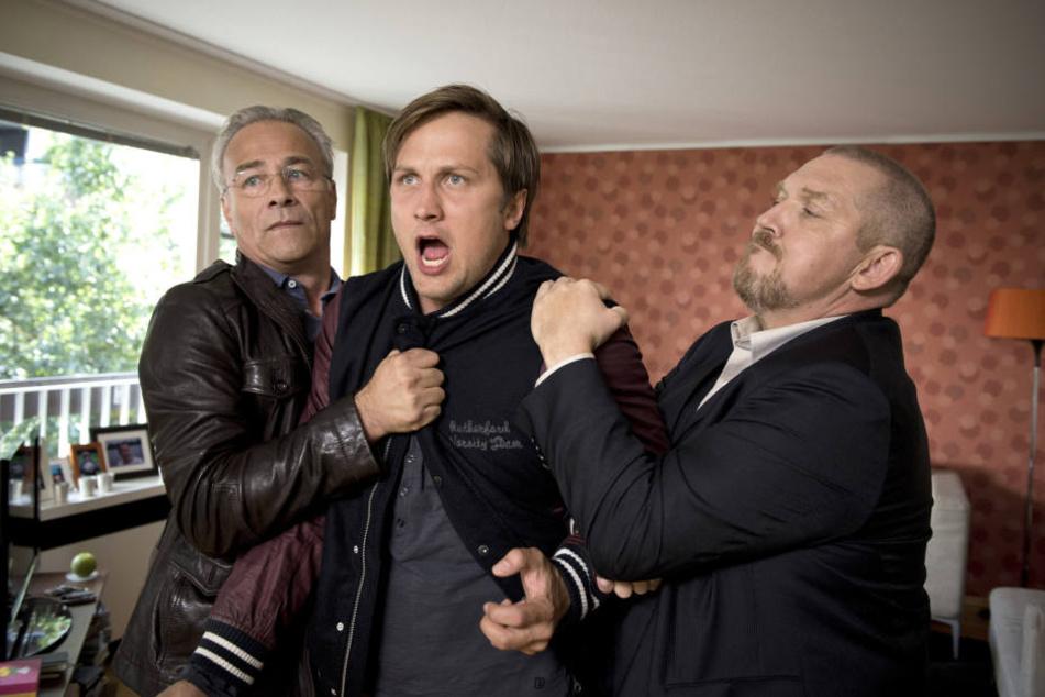 Die Kommissare Max Ballauf (Klaus J. Behrendt) und Freddy Schenk (Dietmar Bär) halten Kai Grabow (Lasse Myhr) zurück.