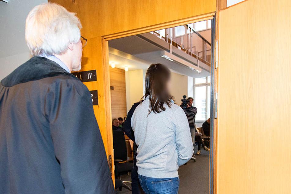 Der Angeklagte kommt in den Sitzungssaal im Landgericht.