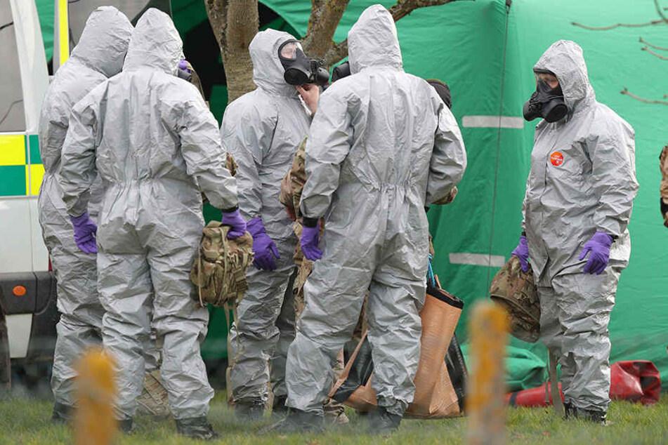 Soldaten tragen Schutzanzüge während der Ermittlungen zur Vergiftung des Ex-Doppelagent Skripal und dessen Tochter. Beide wurden am 4. März bewusstlos auf einer Parkbank entdeckt.