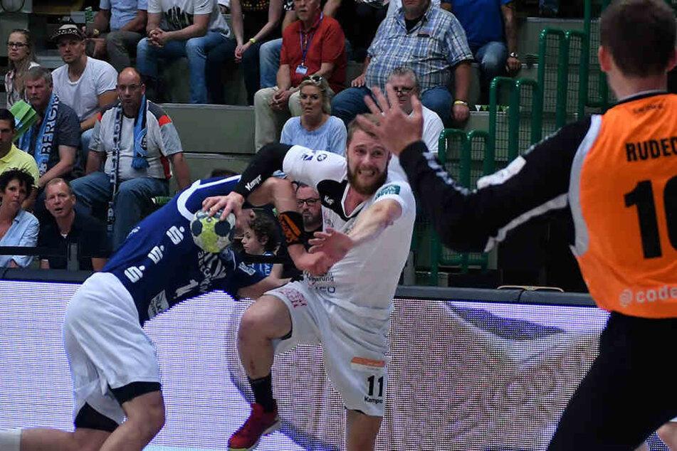 Arseniy Buschmann (Elbflorenz Nummer 11) gegen Maciej Majdzinski (BHC Nummer 14).