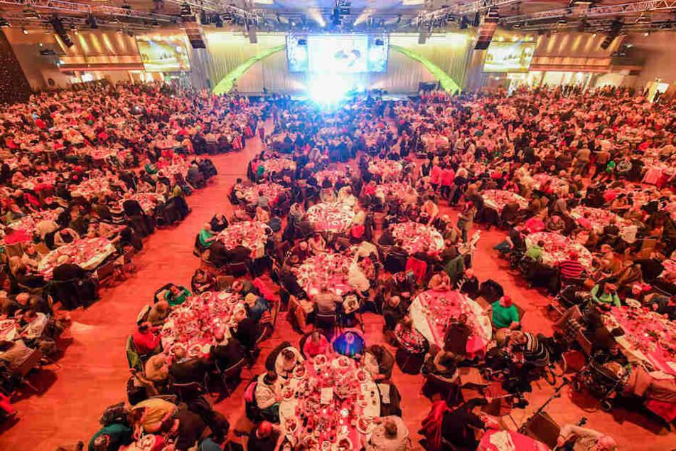 Sieht aus wie eine rauschende Gala, ist aber das seit 1995 von Frank Zander (76) organisierte Weihnachtsessen.