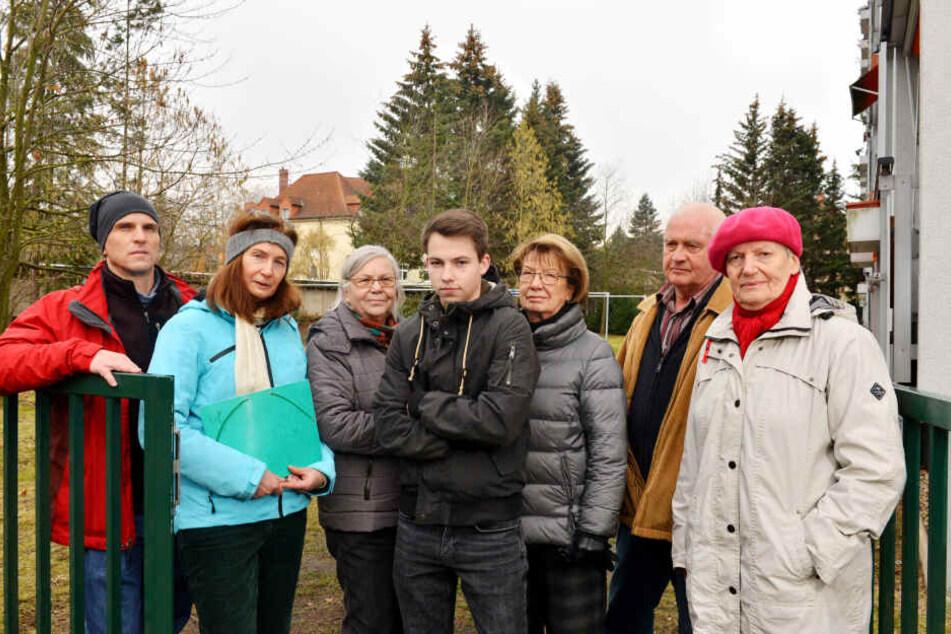 Sind entsetzt über die Baumfällungen: Die Anwohner der Feuerbachstraße. Ferenc Nemeth (48, l.) und Beatrice John (57, 2.v.l.) starteten sogar eine Petition. 67 Unterschriften kamen zusammen.