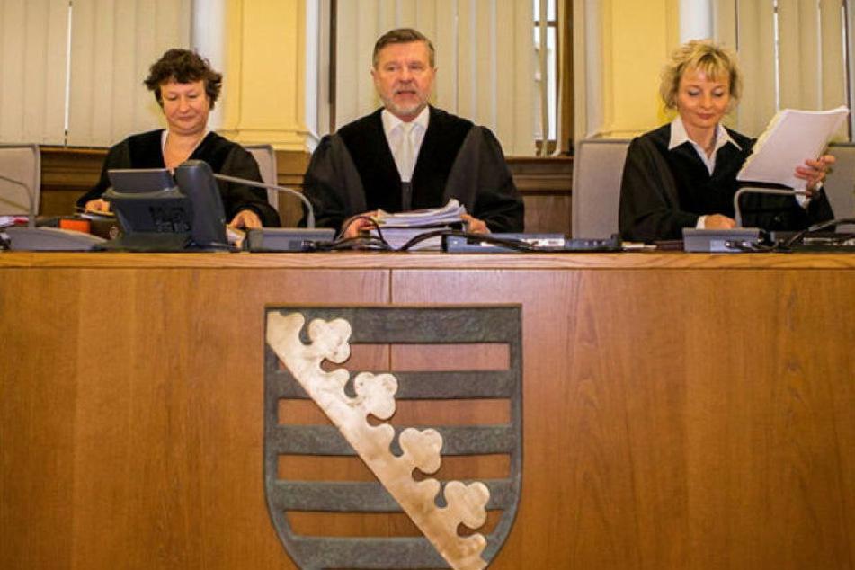 Diese drei Berufsrichter der 3. Strafkammer kennen offenbar den Inhalt des gestohlenen Briefes und werden deshalb von zwei Angeklagten abgelehnt.