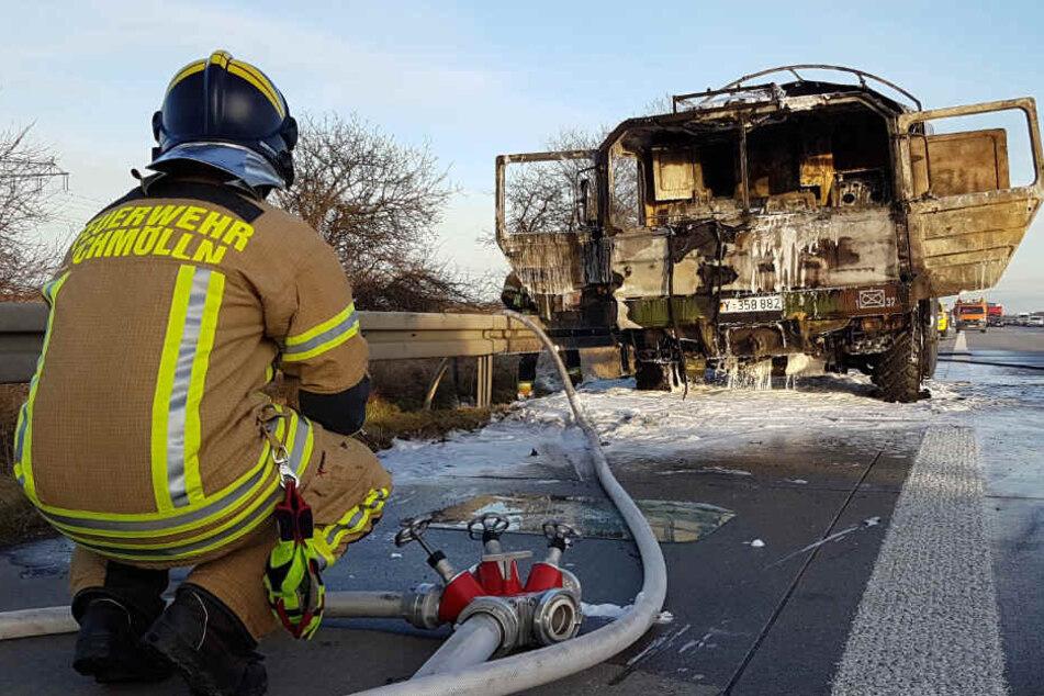 Der Lkw der Bundeswehr brannte komplett aus.