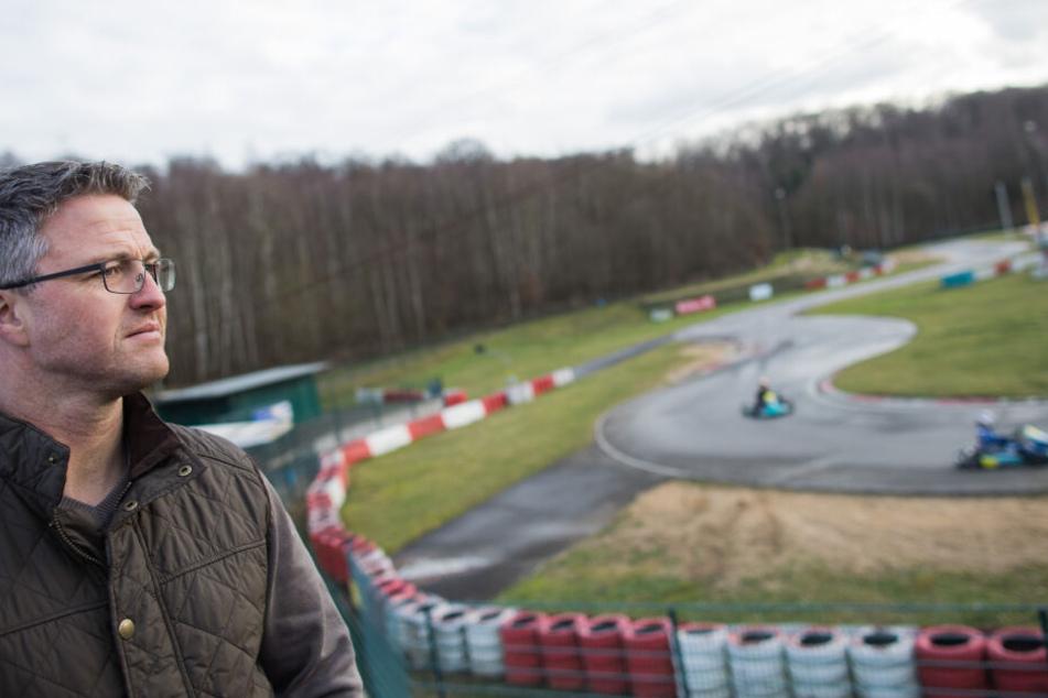 Der ehemalige Formel 1-Rennfahrer Ralf Schumacher steht auf der Kartbahn bei Kerpen.