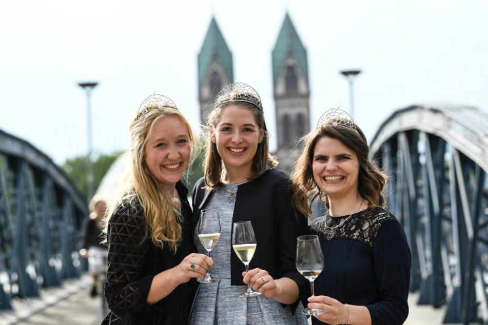 Weinprinzessin Hannah Hermann, Weinkönigin Miriam Kaltenbach und Weinprinzessin Stephanie Megerle (l-r) nach der Wahl und Krönung (Archiv)