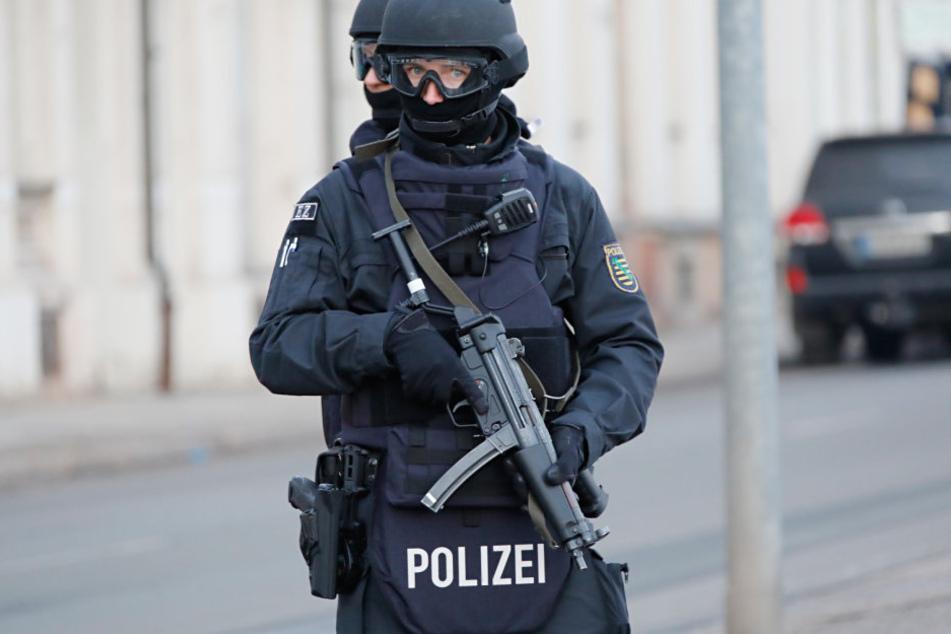 Elite-Polizisten rückten mit einem Spezialfahrzeug zur Terrorbekämpfung und einem Sprengstoff-Hund an.