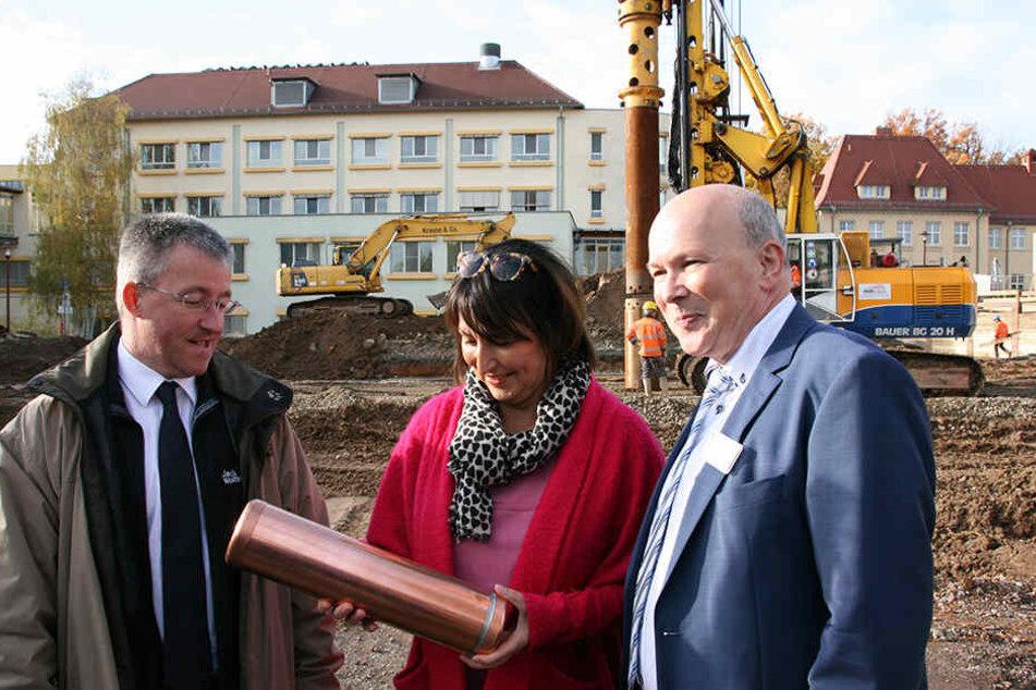 Grundsteinlegung an der DRK-Klinik Rabenstein, (v.l.): Chefarzt  Frank Fröhlich, Chefärztin Monika Hofmann und Geschäftsführer Herbert Günther.
