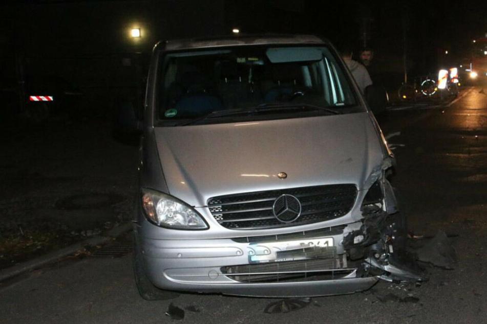 Der Pizzalieferant krachte unter anderem gegen diesen Mercedes.