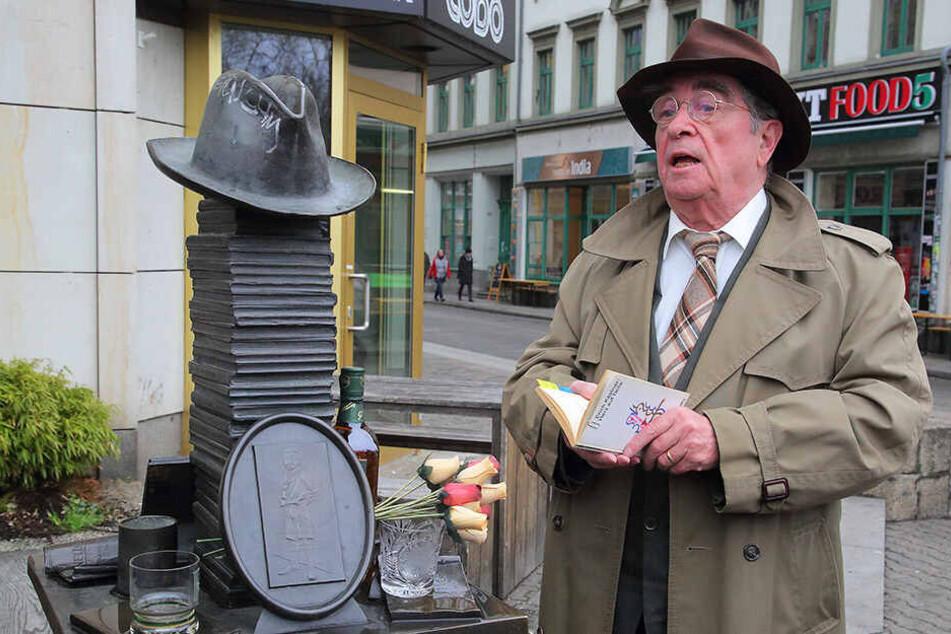 Stilecht mit Hut, Trenchcoat und einem Whiskyglas wurde an den berühmten Dresdner Schriftsteller gedacht.
