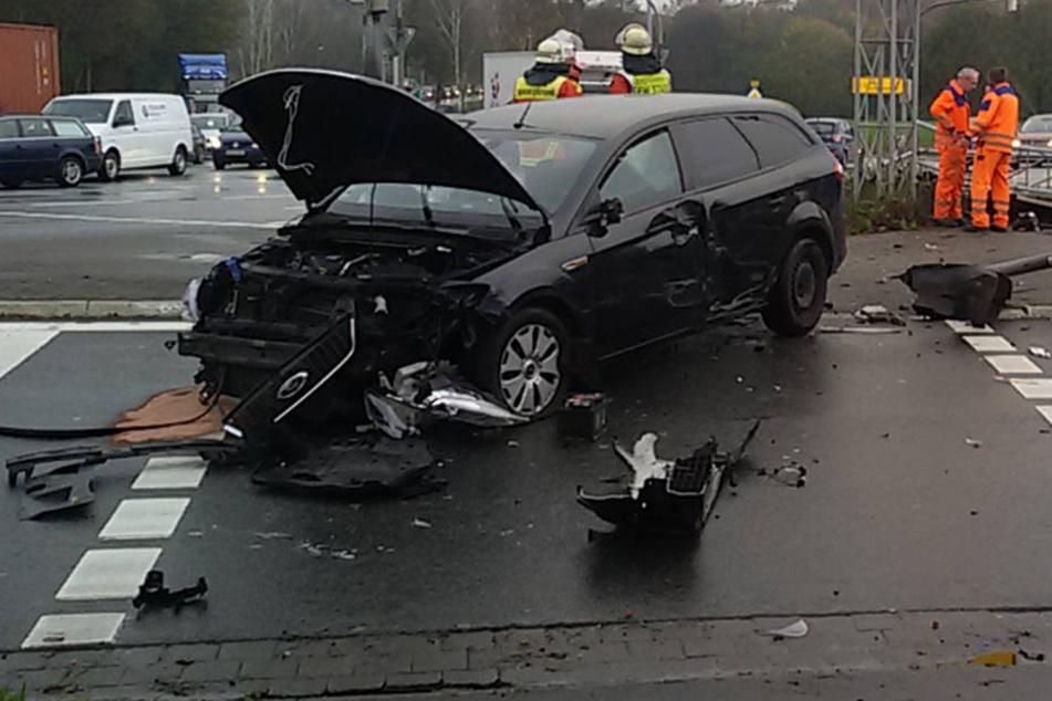 Ford fährt Verkehrsschild um: Fußgängerin verletzt, Fahrer wird eingeklemmt