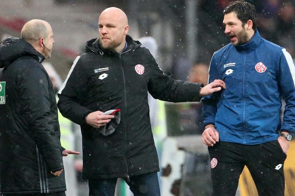 Rouven Schröder (Mitte) wechselt nicht zum HSV, sondern bleibt bei Trainer Sandro Schwarz (r.) in Mainz.