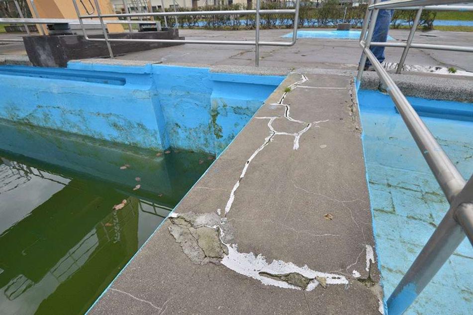 Deutlich sichtbare Schäden hat das Becken im 04-Bad. Die fast 70 Jahre alte Wanne muss dringend repariert werden.