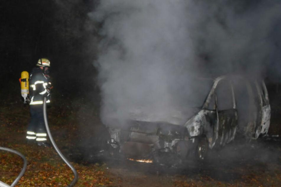 Auto geht mitten in der Nacht auf Fußballplatz in Flammen auf