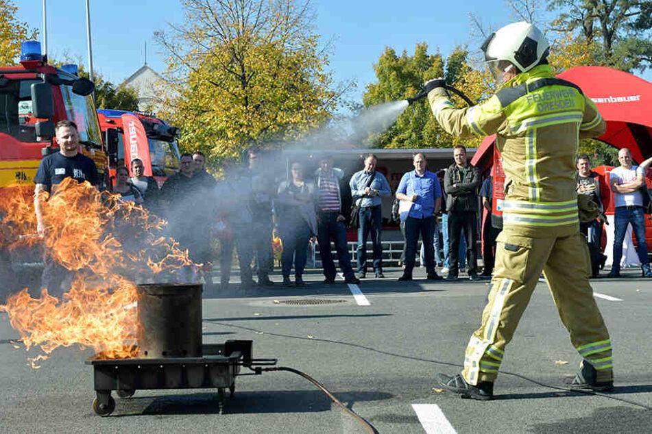 """Die """"Florian"""" im Messegelände: Auf tägliche Übungen im Freigelände geht es heiß her, wie ein Feuerlöschtrainer anschaulich demonstriert."""