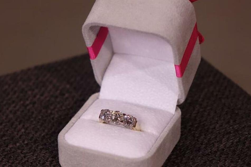 Diesen Ring hat sich Schmuckexpertin Susanne Steiger bei Bares für Rares ergattert.