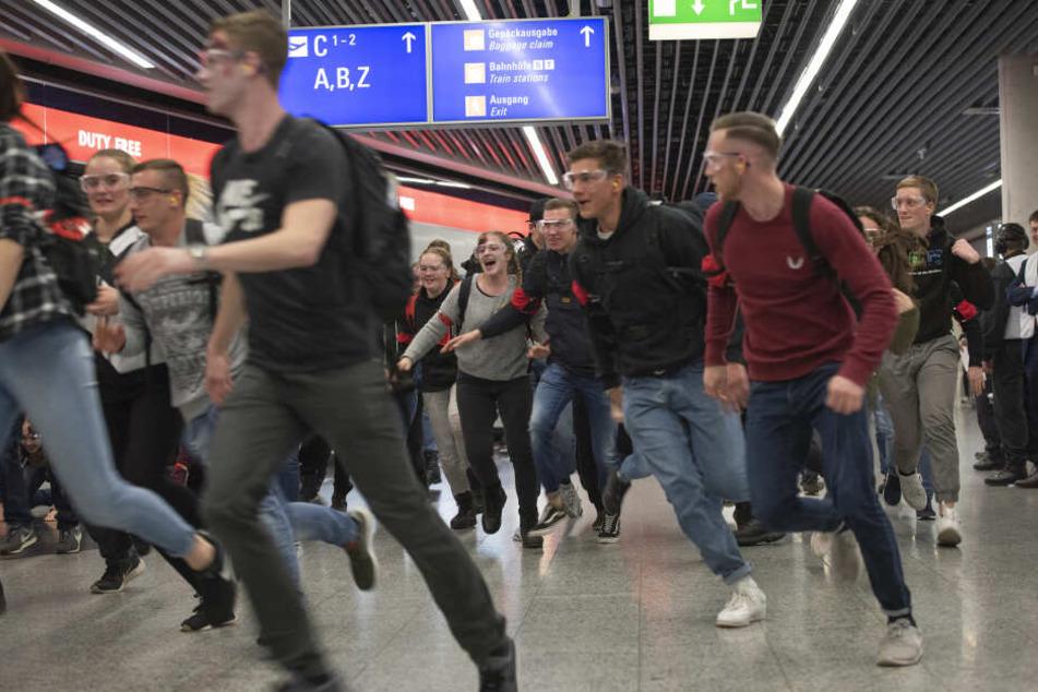 Panik: Passagiere flüchten vor dem nahenden Unheil.
