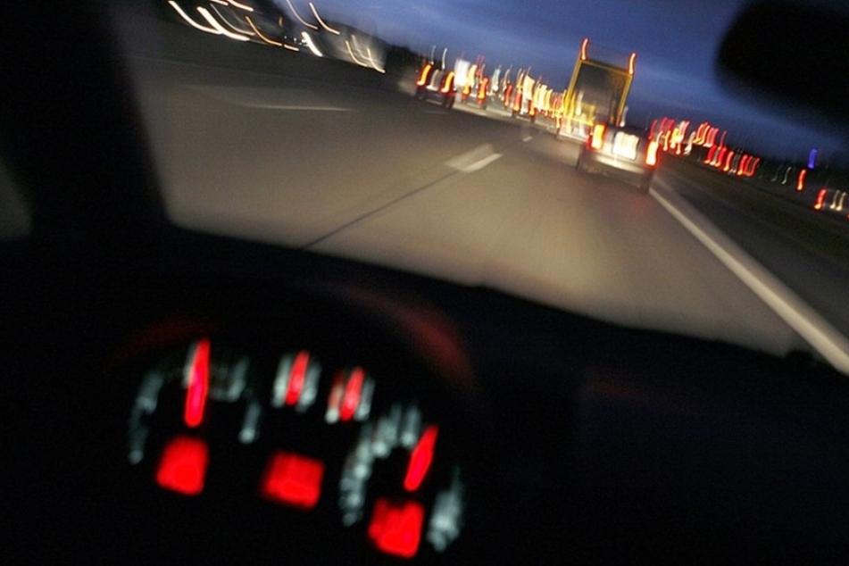 Mit 3,2 Promille und platten Reifen fuhr eine Frau in der Nähe von Aschaffenburg durch die Gegend. (Symbolbild)
